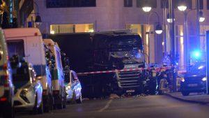 Ein Lastwagen steht am 19.12.2016 in der Nähe der Gedächtniskirche in Berlin. Die Polizei geht nach ersten Angaben von einem Anschlag mit einem Lastwagen mit mindestens einem Toten aus. Foto: Paul Zinken/dpa (zu dpa-Meldung: «Polizei geht von Anschlag auf Berliner Weihnachtsmarkt aus» vom 19.12.2016) Foto: Paul Zinken/dpa +++(c) dpa - Bildfunk+++